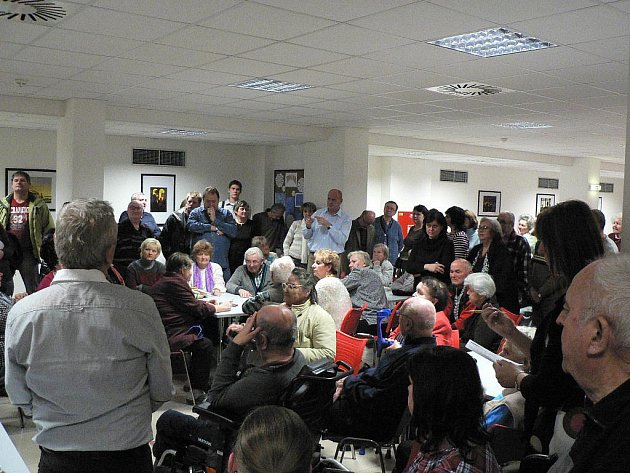 Jídelna Senior domu praská při jednání o budoucnosti tamních obyvatel ve švech.