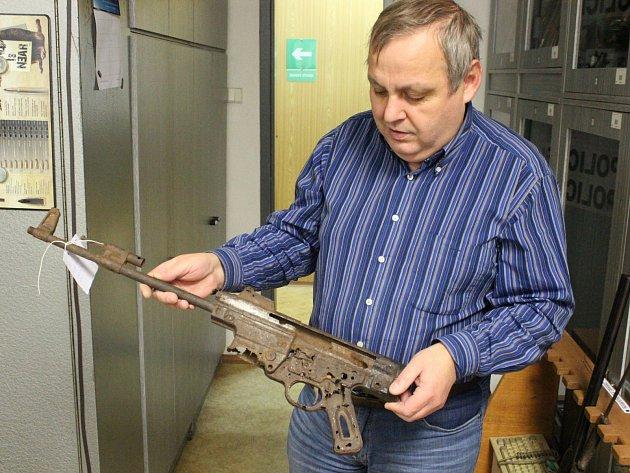 Expert Vladimír Hospodářský drží v rukou německou zbraň SG 44, nejstarší útočnou pušku světa.