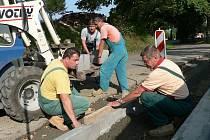 Nový chodník dostává silnice v Horní Stropnici.