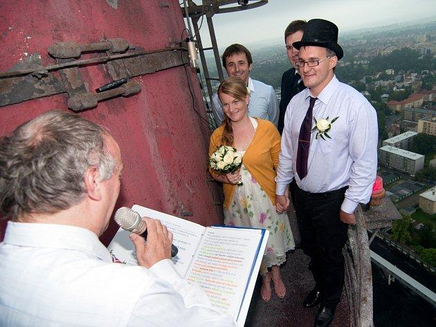Krásný výhled měli při svém obřadu Nela Kukačková Svěráková a Martin Kukačka, kteří se vzali v Českých Budějovicích. Jednalo se zřejmě o první svatbu na komíně v Česku.