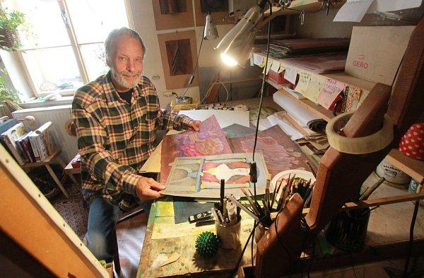 Malíř a scénograf Tomáš Paul, který žil poslední léta vTřeboni, zemřel 6.května 2015.Bylo mu 68let. Na snímku zroku 2013ve svém třeboňském ateliéru.