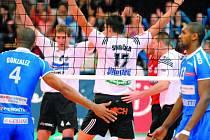 Českobudějovičtí volejbalisté se radují z vítězství v prvním setu – zleva Zach, Smrčka, Habada a Čajan, v popředí  kubánský nahrávač Gonzales a jeho spoluhráč Felizardo.