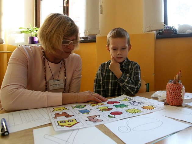 V pátek si vyzkoušel zápis v ZŠ Dukelská v Českých Budějovicích například Šimon Vostoupal. Na snímku je s učitelkou Helenou Štarkovou.