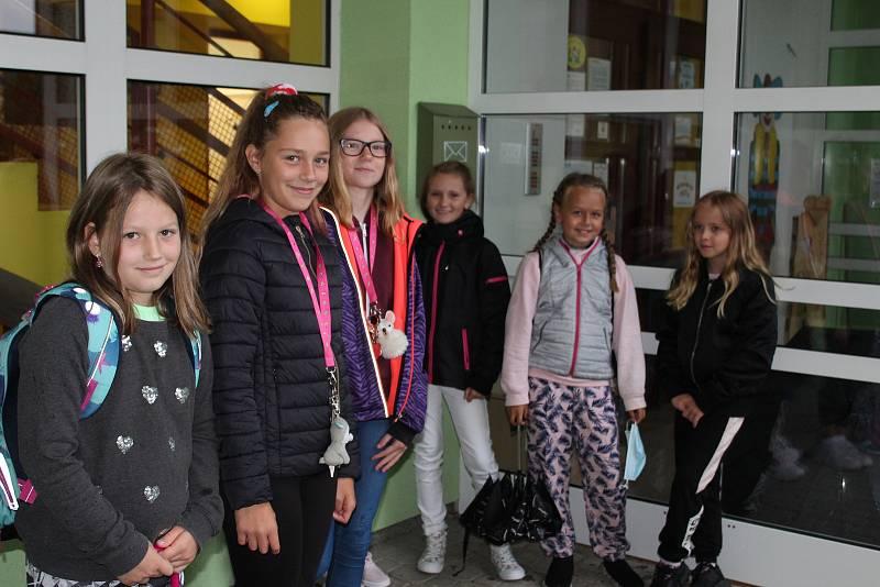 Děti ze ZŠ Borek se 1. září schovávaly před deštěm.