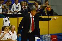 CHARISMATICKÝ KOUČ A JEHO HRÁČKY. Na horním snímku udílí zkušený stratég Ivan Beneš pokyny svým hráčkám během jednoho ze zápasů. V dalším pokračování basketbalové ligy by si přál dávat větší příležitost také mladým nadějím, než tomu bylo doposud.