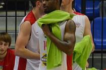 ZKLAMÁNÍ. Po posledním utkání v Brně hráči Lions z palubovky odcházeli zklamaní, podobně jako Michael Ringgold.