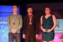 OCENĚNÍ. Kvadriatlonista Michal Háša (uprostřed) si při slavnostním vyhlášení ankety Sportovec roku Jihočeského kraje za rok 2013 na krk navlékl medaili za 9. místo.