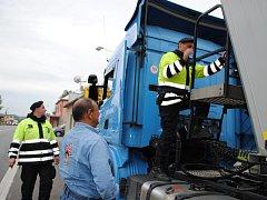 Pasažéry i náklad monitorovali v Dolním Dvořišti policisté z místních oddělení i cizinecké policie. Na hranici včera zastavovala každé projíždějící vozidlo zhruba desítka příslušníků.