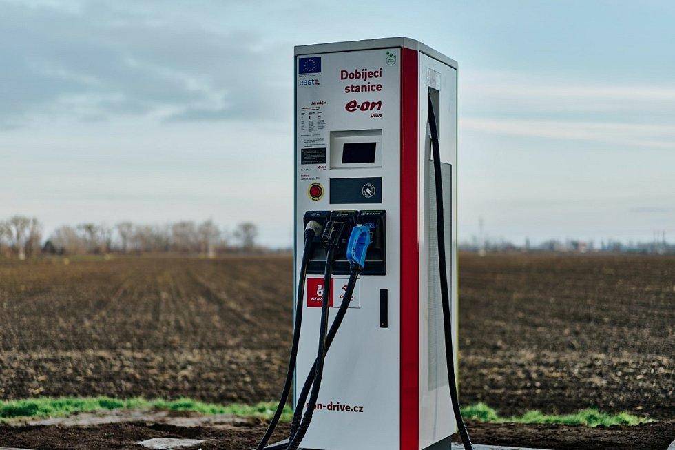 Nabíjecích stanic pro elektromobily a stanic pro vozidla na CNG přibývá v České republice i na jihu Čech. Dobíječka v Břeclavi. Zásobují ji i solární panely.