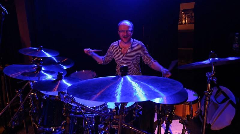 Známý českobudějovický klub Highway 61 má za sebou poslední koncert pod touto značkou. Na rozloučenou tam zahrál 16. ledna 2015 rocker Roman Dragoun s kapelou His Angels. Na snímku bubeník Ondřej Pomajsl.