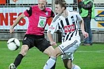 Zdeněk Linhart v zápase s Mladou Boleslaví v souboji s Petrem Johanou.