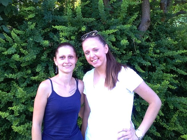 Když už není moc možností, jak sehnat na léto práci, je načase oslovit kamarády a zkusit zjistit, jestli o něčem nevědí. Takhle sháněly brigádu před časem i  Vanda Schneedorferová (vlevo) a Petra Keclíková.