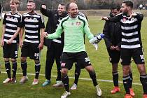 Fotbalisté Dynama se radují z výhry v derby.