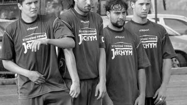 Kapitán SK Jankov Václav Maxa (druhý zleva, po pravici má Bočka, po levici Maršána a Kursu)  v létě neoficiálně vystřídal svého otce na postu asistenta trenéra Brozmana.
