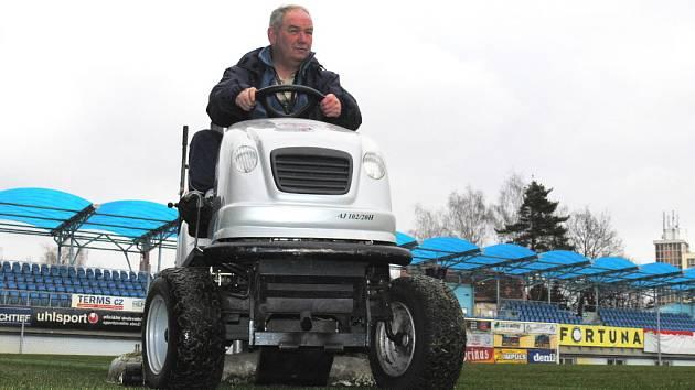 """Jiří Fulín po zimní odmlce """"provětral"""" travní traktor na Střeleckém ostrově."""