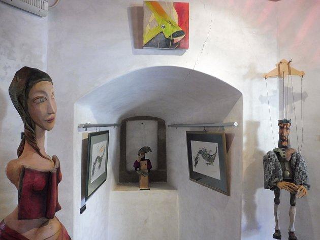 Loutkářka, výtvarnice a experimentátorka Michaela Bartoňová vystavuje do 12.září svá díla vGalerii Pod Kamennou žábou. Na výstavě uvidíte loutky, obrazy, tzv. nenapsané příběhy a také malby vzniklé na iPadu při experimentálním divadelním představení.