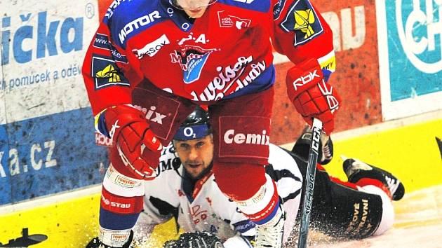 Štěpán Hřebejk tak, jak ho známe. Zbavil se znojemského Karla Pláška a s kotoučem uhání k brance soupeře. V pátek hraje HC Mountfield ve Znojmě, v neděli hostí Kladno (17).