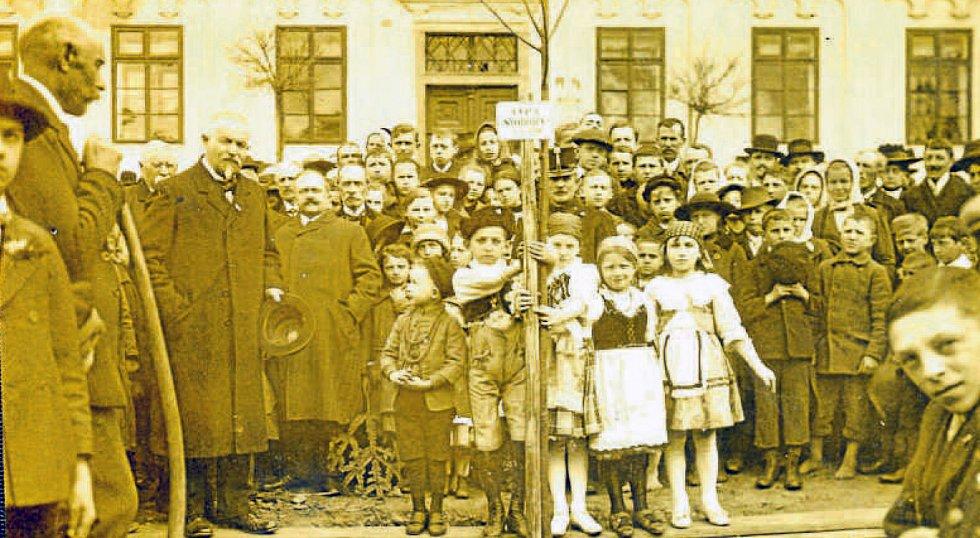 Slavnostní zasazení lípy svobody na Vinařického náměstí v Týně nad Vltavou dne 1. května 1919.