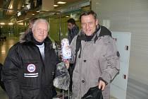 Výpravu na letišti přivítal Genadij Sevasťanov, Jiřímu Kotrbovi předal ledovou matrjošku