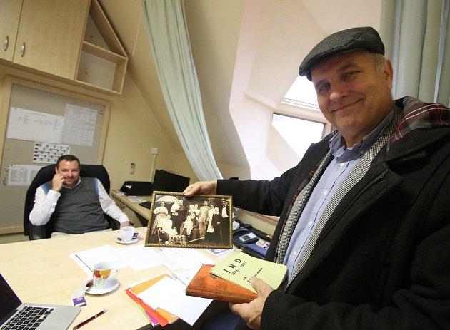 Jiří Šesták končí k1. listopadu 2014jako ředitel Jihočeského divadla. Na snímku ukazuje archivní fotografii rodiny Josefa Stejskala, jedné zprvních klíčových osobností Jihočeského divadla. Za stolem vředitelně již sedí Šestákův nástupce Lukáš Průdek.