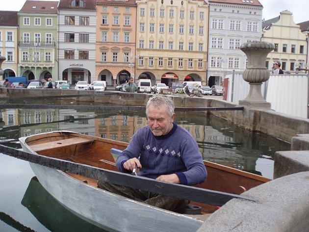 Restaurátor Vladimír Krnínský natíral spojovací táhla kašny.