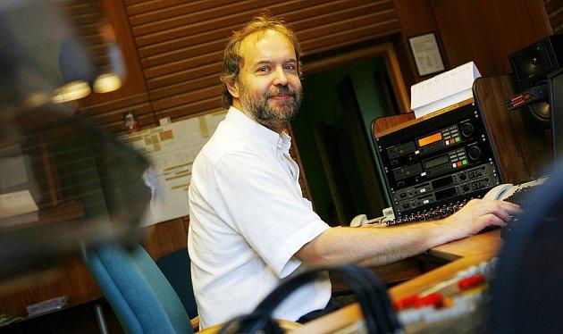 Mistr zvuku Michal Kolář ve studiu českobudějovického rozhlasu.