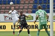 Bez bodu se z Uherského Hradiště vraceli po porážce 0:1 se Slováckem fotbalisté Dynama (na snímku obránce Benjamin Čolič atakuje Michala Kadlece, přihlíží gólman Vojtěch Vorel).