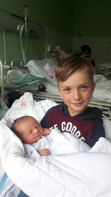 Josífek Růžička ze Čkyně. Syn Lucie a Kamila Růžičkových se narodil 24. 5. 2021 v 1.24 h.,vážil 3,46 kg. Do porodnice si přišel brášku pochovat Matyášek. Foto: archiv rodiny