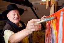 Malíř Miroslav Konrád ve svém ateliéru. Nedávno oslavil 70. narozeniny, ale k bilancování má daleko. Denně dává na facebook nový obraz, zaníceně mluví o lásce, víně i Francii.