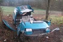 Nepřiměřená rychlost se vymstila řidiči vozidla VW na Strakonicku. Muž utrpěl těžké zranění a skončil v nemocnici.