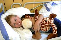 Usměvavý Honzík Hruška nesmí z postele. Na dětském oddělení českobudějovické nemocnice se zotavuje z těžkých zranění po autonehodě.