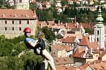 Členové občanského sdružení Proradost zavěsili 5. září v Českém Krumlově téměř čtyřsetmetrové lano mezi zámeckou věží a Jelení zahradou a létali na historickým centrem města