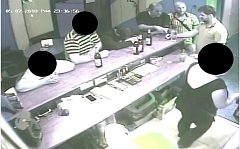Tyto tři muže na fotografii potřebuje policie ztotožnit. Kdo je pozná, nechť volá 158. Jde o důležité svědky.