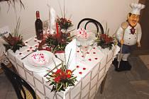 Kromě jiných se můžete v těchto dnech v rámci prezentace školy z Hněvkovic podívat také na ukázkově prostřený stůl pro zamilovanou dvojici.