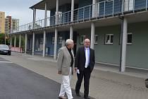 Zázemí sportovně rekreačního areálu v Táboře na sídlišti Nad Lužnicí si prohlédl Karel Hron (vpravo), jež vede Úřad Regionální rady regionu soudržnosti Jihozápad, za doprovodu vedoucího odboru investic a strukturálních fondů MÚ Tábor Karla Hotového.