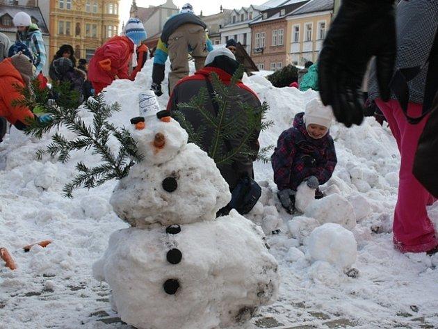 Lidé si mohli v sobotu přímo na českobudějovickém náměstí postavit sněhuláka.