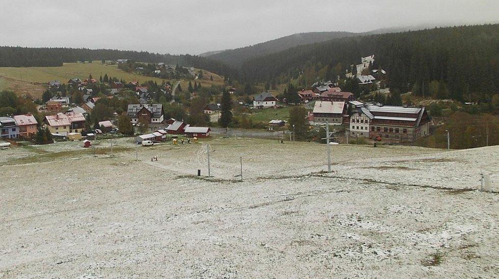 Šumavské vrcholy zbělely prvním sněhem této sezóny. Na snímku lyžařské středisko na Kvildě.