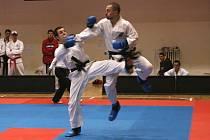 Devět titulů mistra České republiky v Taekwondo ITF ve sportovním boji má na svém kontě třeboňský Jan Mraček (vlevo).
