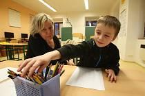 """První školy v regionu už mají zápis za sebou. Většina """"základek"""", ty budějovické nevyjímaje, ale čeká předškoláky až v příštím týdnu. V doudlebské škole přišel včera k zápisu Matěj Zdrha, kterého přivítala učitelka Jana Blažková."""