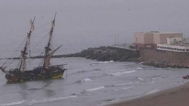 Plachetnice La Grace na mělčině.