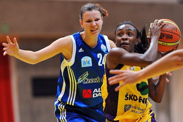 OBRANA. V loňském utkání se Slovankou soupeřku brání strakonická Zdeňka Paroubková (vlevo), jedna z mladých nadějí.