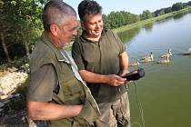 S horkem bojují také hlubočtí rybáři. Včera měřili Josef Tůma (vpravo) s Pavlem Tůmou obsah kyslíku na rybníce Návesný a při prohlídce nuceně sloveného rybníka Hvězdář Velký, kam prakticky žádná voda nepřitéká.