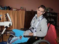 Při rehabilitaci Pavel využívá i motoped, s jehož nákupem pomohla letošní Tříkrálová sbírka.
