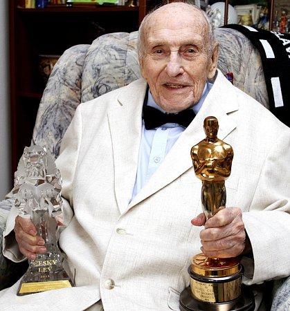 Filmový architekt Karel Černý (90), který žije vTáboře, získal Českého lva. Na snímku svnučkou Terezou Horskou.
