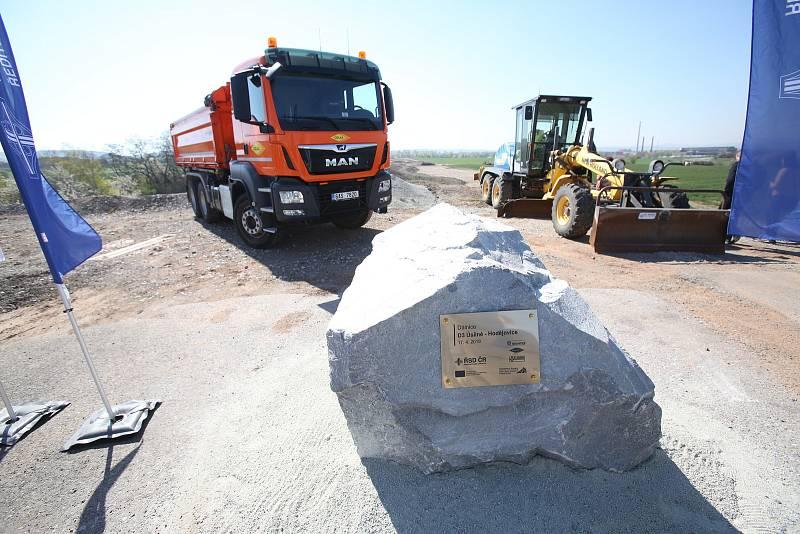 Na severním okraji Českých Budějovic ve středu začala stavba dálničního obchvatu města v úseku Úsilné – Hodějovice.