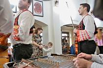 Už potřinácté přijela zahrát do Masných krámů Ľudová hudba bratov Wimmerovcov.