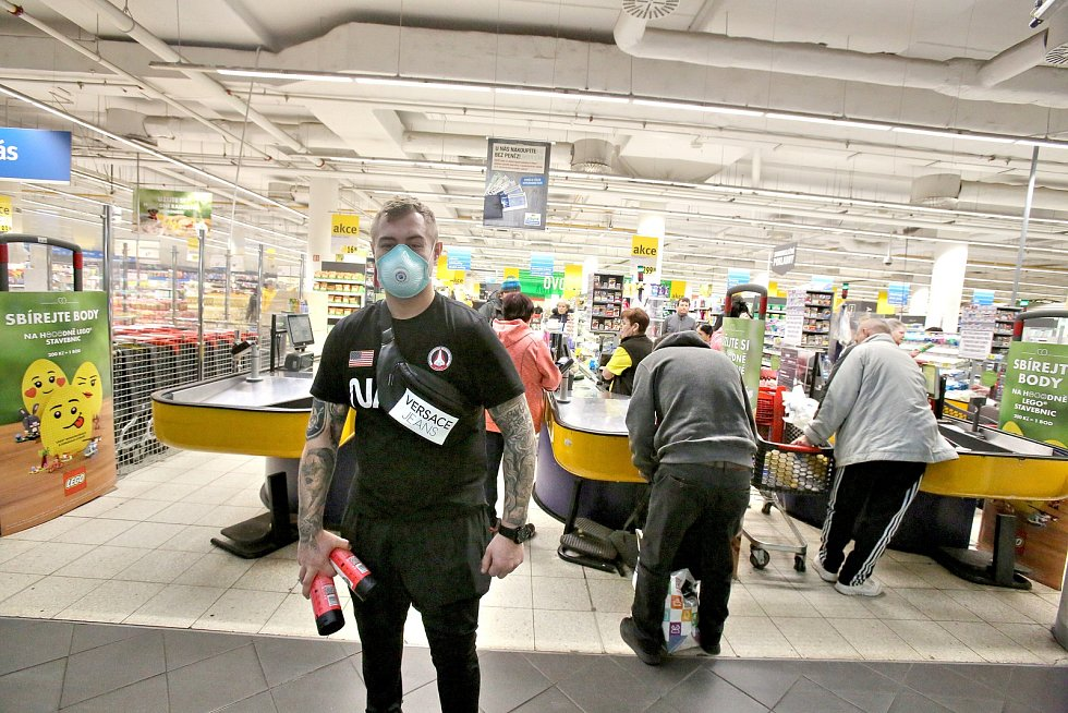 Českobudějovické obchodní centrum Mercury uzavřelo naprostou většinu svých obchodů. Otevřené zůstaly jen potraviny, drogerie, tabák a elektronika. V sobotu dopoledne lidé nakupovali méně než obvykle. Ani potraviny neměly větší nápor.