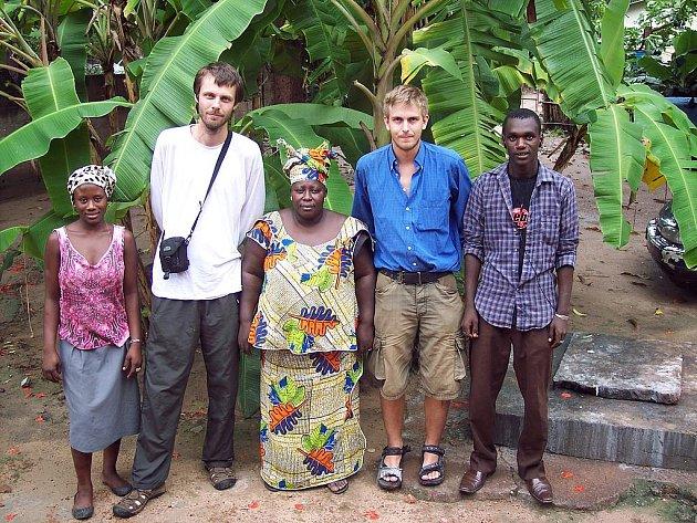 Šimon Heller (vlevo)  a Vojtěch Jarolím s africkými přáteli.