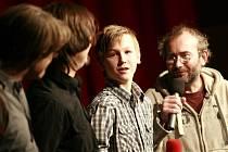 Herecký objev Marek Šácha (uprostřed) při sobotní projekci Čtyř sluncí v Písku. Vpravo režisér Bohdan Sláma.