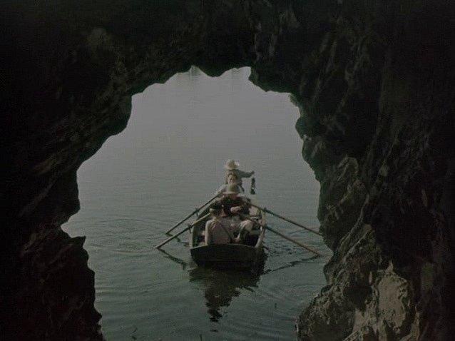 """Po výjezdu z """"Jeskyně času"""" vplula loďka do doby ledové."""